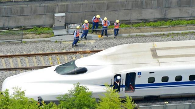 日本の新幹線の乗客が焼身自殺、初の死亡事故に