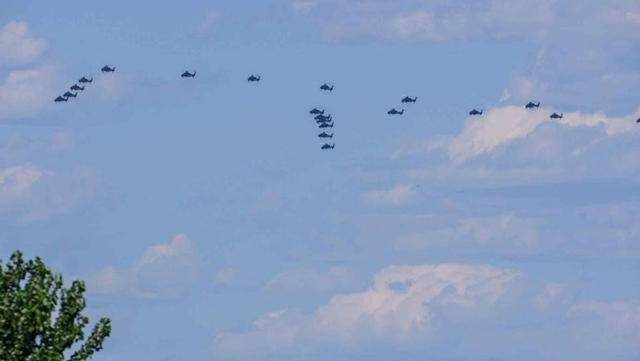 解放軍の戦闘機、2日連続で閲兵式の予行演習を実施