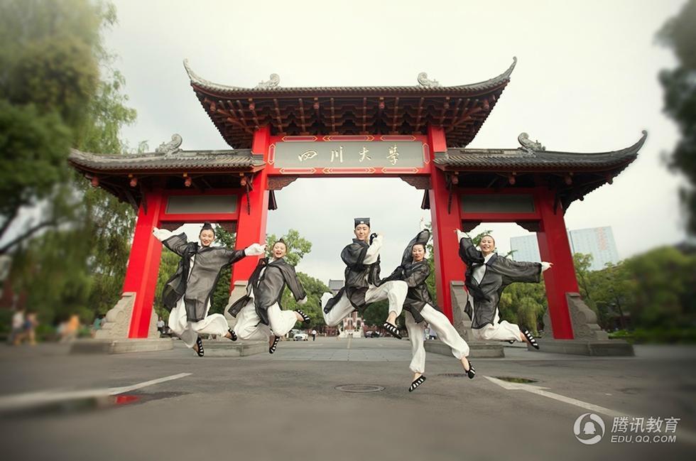 川大学女子学生、「道士」版卒业写真を撮影