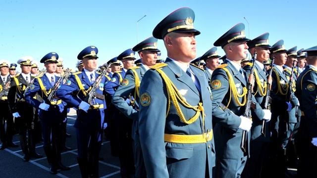 カザフスタンの儀仗隊、9月3日の閲兵式に参加へ