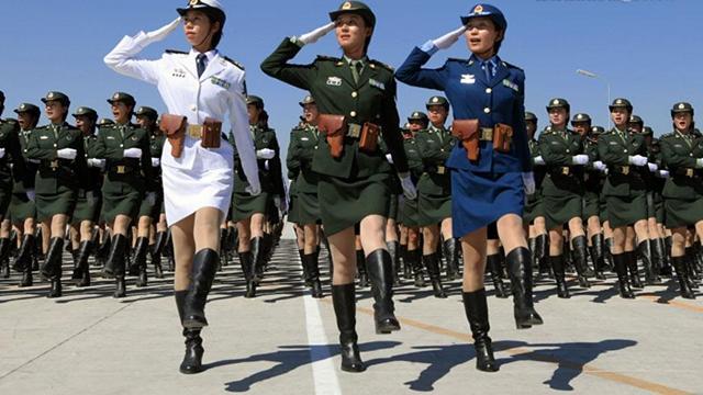 中国の女性兵士、閲兵式の練兵場に華を添える