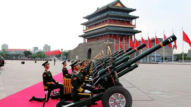 閲兵式の礼砲部隊、兵士の身長は1メートル75センチ以上