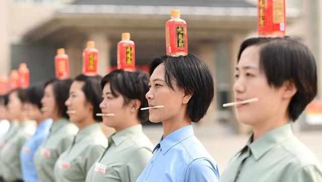 閲兵式に参加する女性兵士、厳しい訓練で姿勢を正す