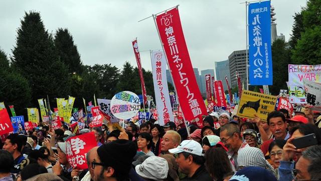 日本の市民が国会を包囲、安保法案に抗議