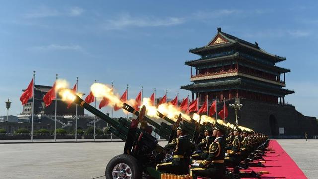 抗日戦争70周年記念式典 礼砲が天安門広場に響き渡る