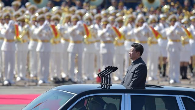 習近平主席、軍事パレートに参加する部隊を観閲