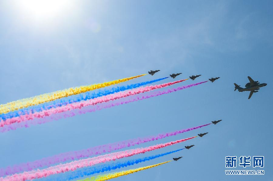 <閲兵式>空中梯団、天安門広場の上空を通過 「70」の形をつくる