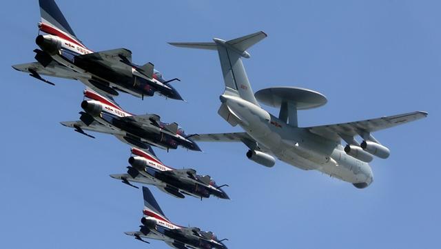 KJ-2000早期警戒機、8機のJ-10を率いる