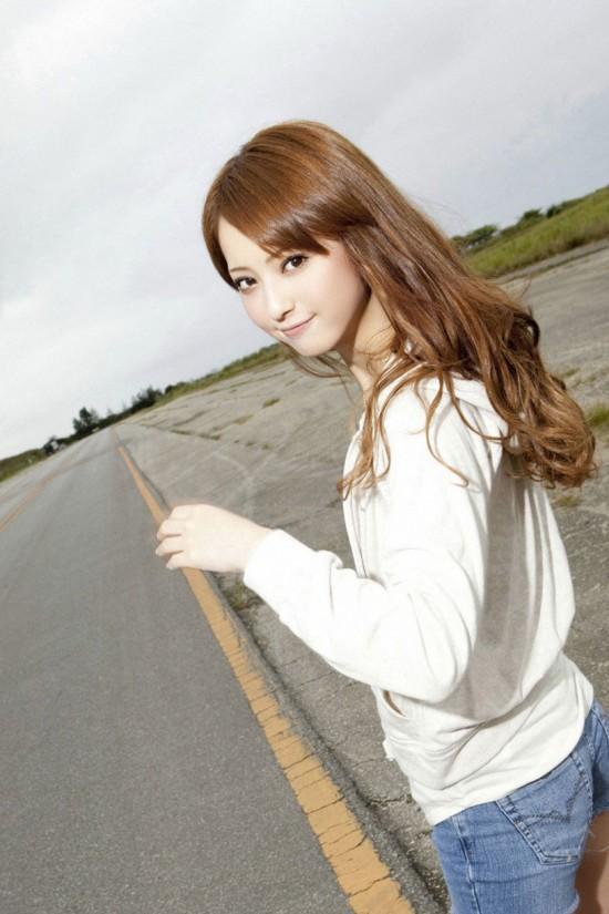 佐々木希、日本一の小顔美人に_...