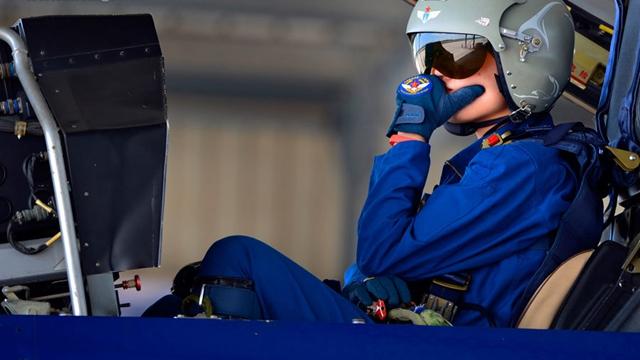 J-10戦闘機を操縦し、天安門を通過した女性飛行士