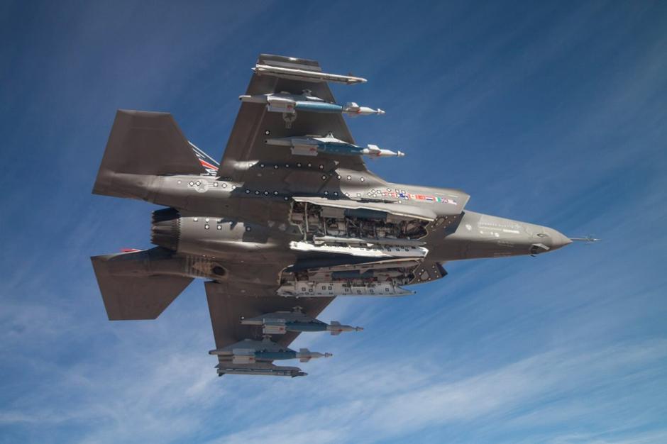 米軍のF-15戦闘機がAIM-120を搭...