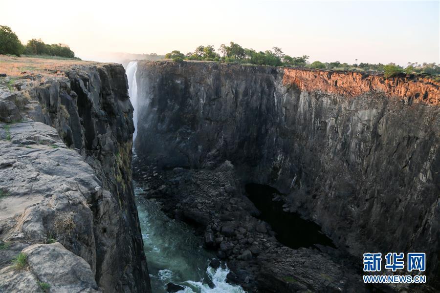 (国际)(1)枯水季节的维多利亚大瀑布 渇水期のヴィクトリアの滝 崖のよう_中国網_日本語