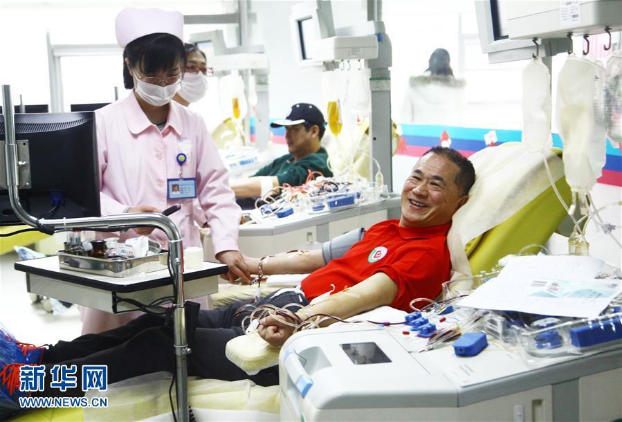 """#(社会)(1)""""献血达人""""张琦无偿献血100次"""