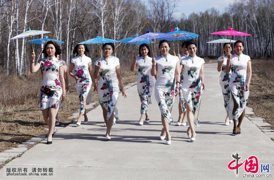 黒竜江省黒河市に春到来 女性が...