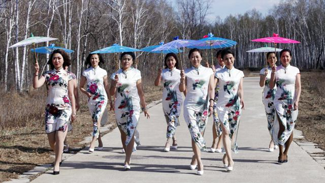 黒竜江省黒河市に春到来 女性がチャイナドレスショーコメント