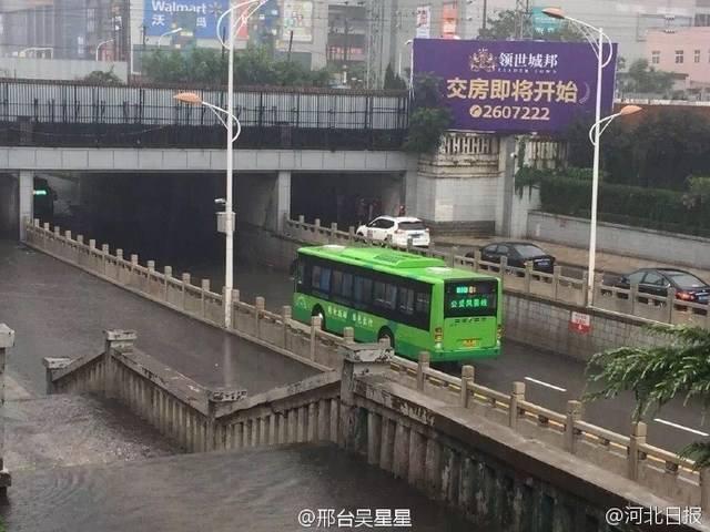 河北省ケイ台市 バスがUターンし...