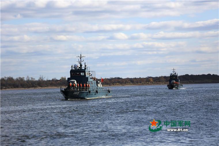 黒竜江省の国境線、水兵が港に帰...