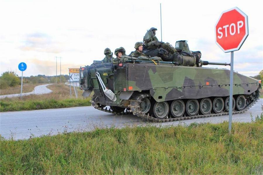 スウェーデン軍事演習 戦車が軍...