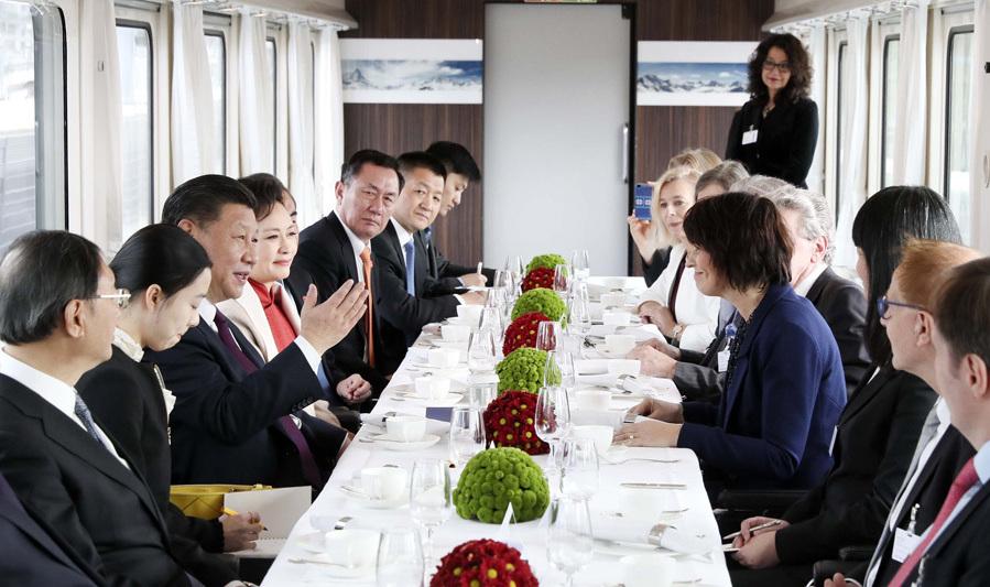 1月15日,國家主席習近平在瑞士聯邦主席洛伊特哈德陪同下,乘坐瑞士政府專列自蘇黎世前往瑞士首都伯爾尼。在專列行進過程中,習近平和夫人彭麗媛受洛伊特哈德主席夫婦邀請,在輕松愉快的氛圍中品茶暢談。新華社記者 蘭紅光 攝