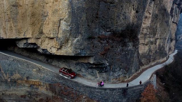 陝西省の山奥、崖に作られた道路