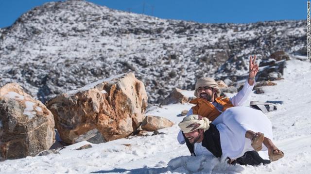アラブ首長国連邦で雪 地元民は大はしゃぎ