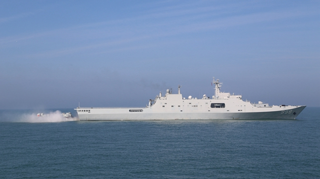 震撼的!南海艦隊揚陸艦支隊の海上訓練