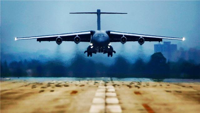 国産大型輸送機「Y-20」、訓練で軽やかに飛行