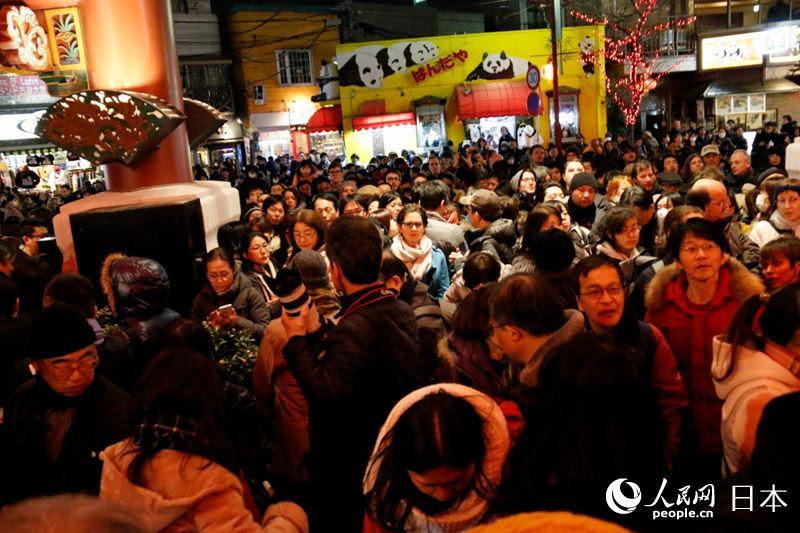 人们在观看横滨中华街元宵节表演