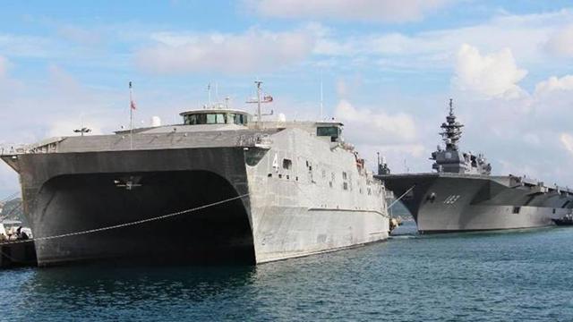 日米の戦艦がカムラン湾に同時寄港 共同で中国けん制か