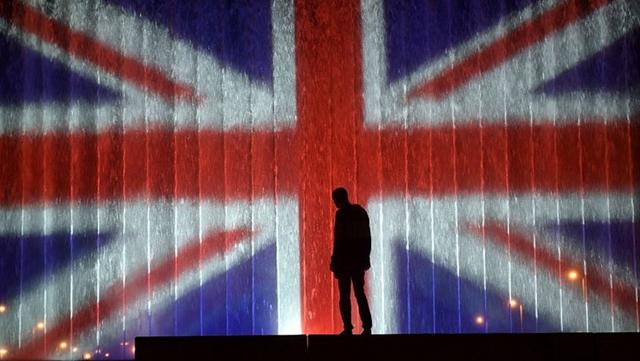世界のランドマークタワー、マンチェスター爆破事件の犠牲者を追悼