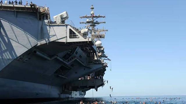 夏が到来、米海軍が海水浴を楽しむ