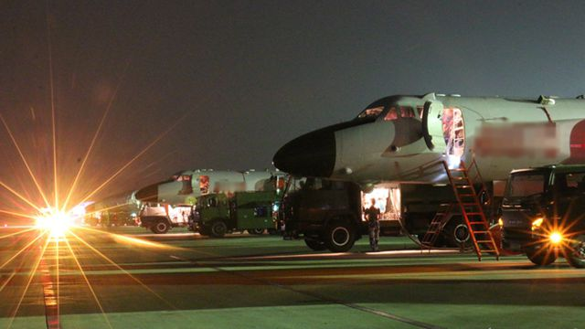 中部戦区空軍航空兵某団、夜間飛行訓練を実施