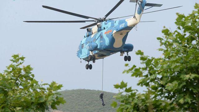 空挺兵のテロ対策訓練、軍犬も参加