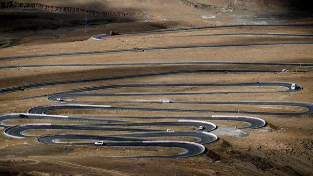 チョモランマにつながる道路、山中をひたすら前進