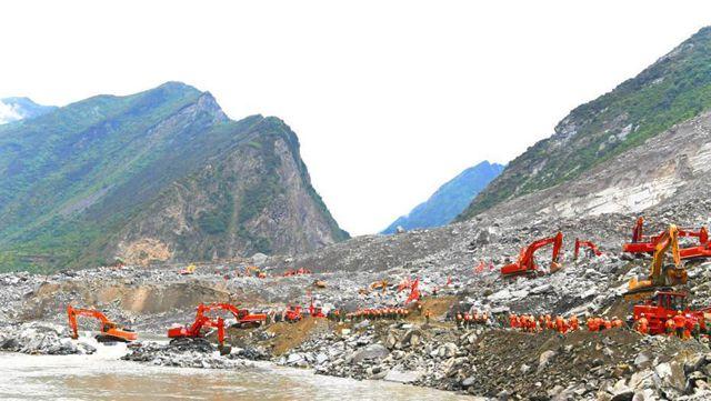 四川省茂県の土砂災害、救助の現場を追う