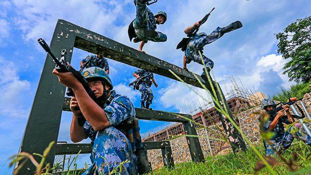 海軍陸戦隊、特殊障害物訓練を実施