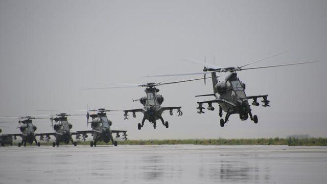 雨の日も訓練、Z-10武装ヘリが離陸