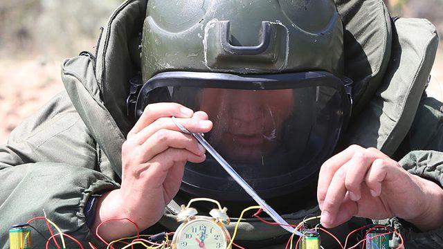 気温40度に35キロの対爆スーツ、爆発物処理班の試練