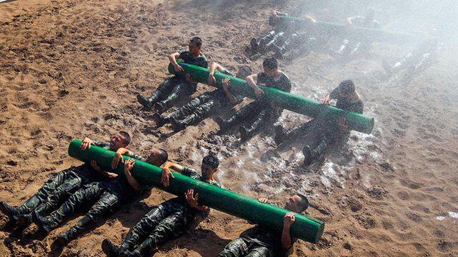 50度の訓練場、水を利用し訓練に挑む兵士たち