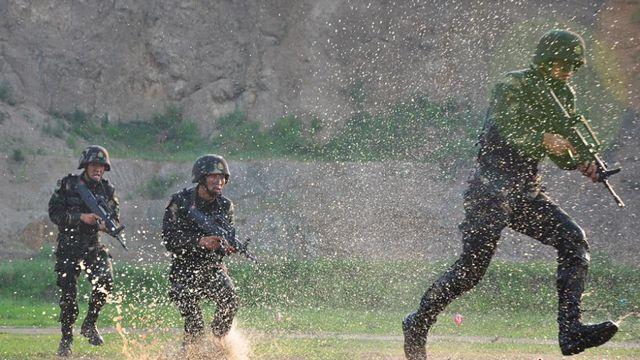 訓練場の特殊兵、近距離で激写