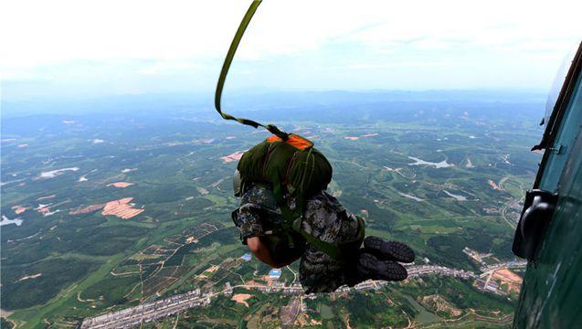 東部戦区、パラシュート降下訓練を記録