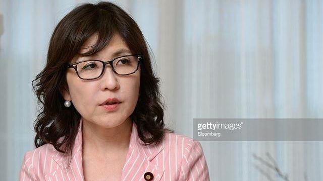 日本の女防衛相、スキャンダルで四面楚歌に