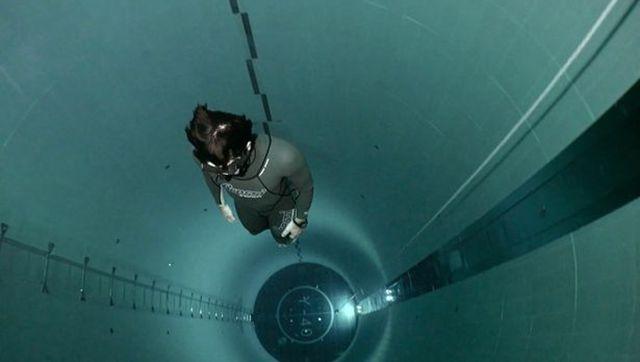 フランス人ダイバー、深さ40メートルのプールに挑戦