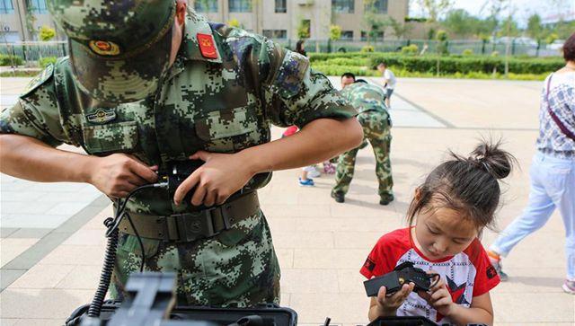 子供たち、国境警備隊の父を訪ねる