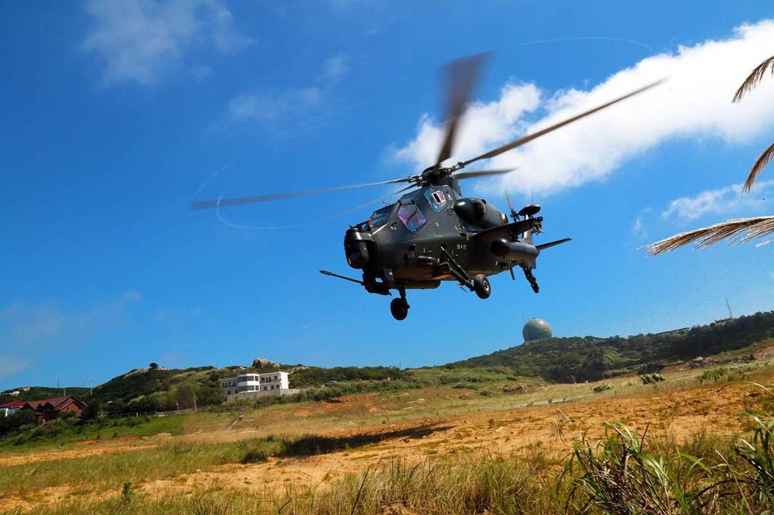 東部戦区陸軍航空兵某旅団は7月21日、海上低空編隊飛行突撃・防衛訓練を実施し、部隊の海上作戦能力を鍛えた。