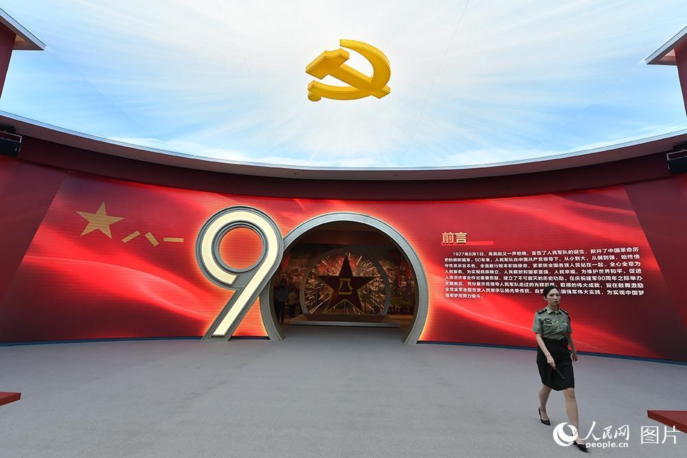 """""""铭记光辉历史,开创强军伟业——庆祝中国人民解放军建军90周年主题展览""""于7月21日在中国人民革命军事博物馆开幕。(人民网记者 翁奇羽 摄)"""