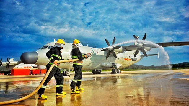 軍機が「発火」、消火作業に当たる消防隊員