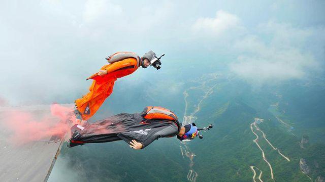 中国のウイングスーツパイロット、移動する的を破壊