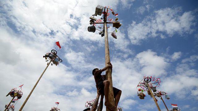 インドネシアの人々、独立記念日を棒のぼりで祝う