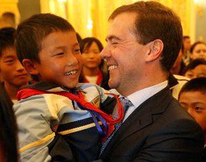 Д. Медведев встретился с детьми из пострадавших от землетрясения районов Китая